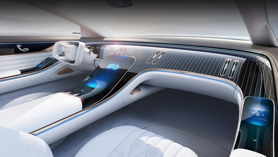Mercedes eqs. Приборки нет, но прямо на передней панели перед водителем высвечивается несколько показателей, вроде скорости. Центральный экран отделён от панели, словно парит (что-то подобное, но попроще, будет в новом S-классе). А ещё два дисплея появились на подлокотниках.