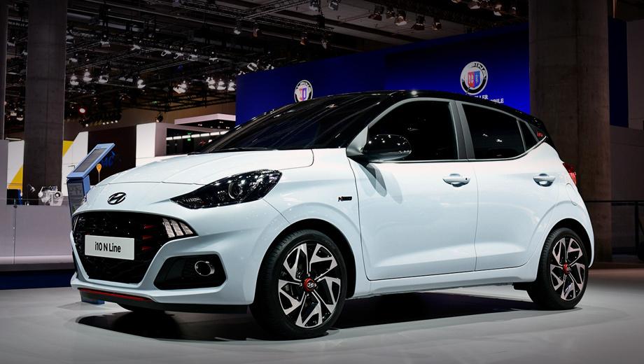 Hyundai i10,Hyundai i10 n line. Длина машинки выросла на пять миллиметров (3675), а высота на три (1483). Контуры решётки заострены, структура заменена крупной сеткой из треугольников. Вместо кругляшей ходовых огней в «гриле» поселились трёхсекционные. Передний бампер новый, как и 16-дюймовые легкосплавные диски.