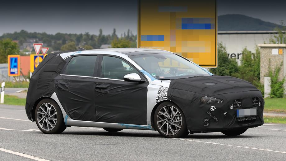Hyundai i30. У данного образца декоративная решётка радиатора получила крупные ячейки, в стиле последней Сонаты для американского рынка.