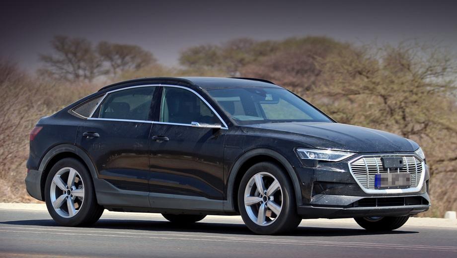 Audi e-tron,Audi e-tron sportback. Остатки маскировки в виде тёмной плёнки ещё можно увидеть на фарах и задних боковых окнах. Заглянуть в салон невозможно, хотя понятно, что у прототипа правый руль.