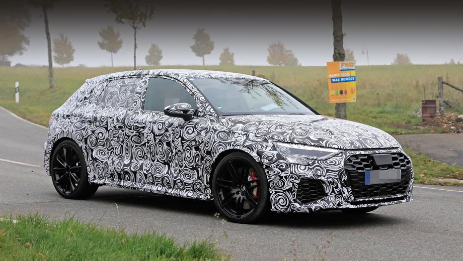 Audi a3,Audi rs3. Признаки версии RS — воздухозаборники увеличенного в сравнении с простым хэтчем A3 размера, огромная решётка радиатора с сотовыми ячейками, внушительные колёсные диски, за которыми просматриваются красные тормозные суппорты.