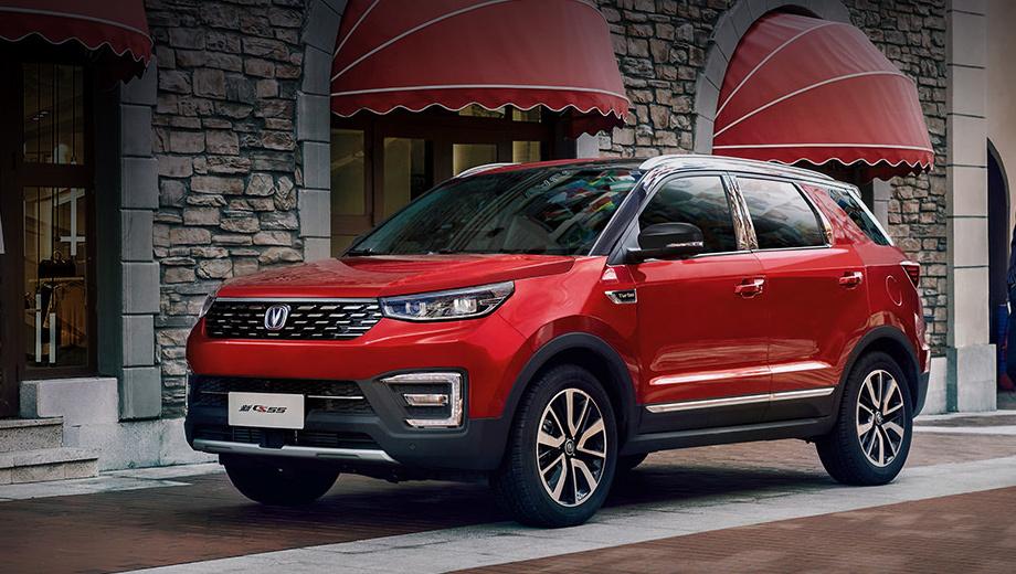 Changan cs55. Модель впервые вышла на рынок КНР летом 2017 года. За облик отвечает европейский дизайн-центр Чанъаня в Турине. При ценах от 84 900 юаней (767 630 рублей) за «механику» и от 99 900 (903 220) за две педали в 2018-м была продана 165 361 машина, за девять месяцев 2019-го разошлось 82 939 штук.