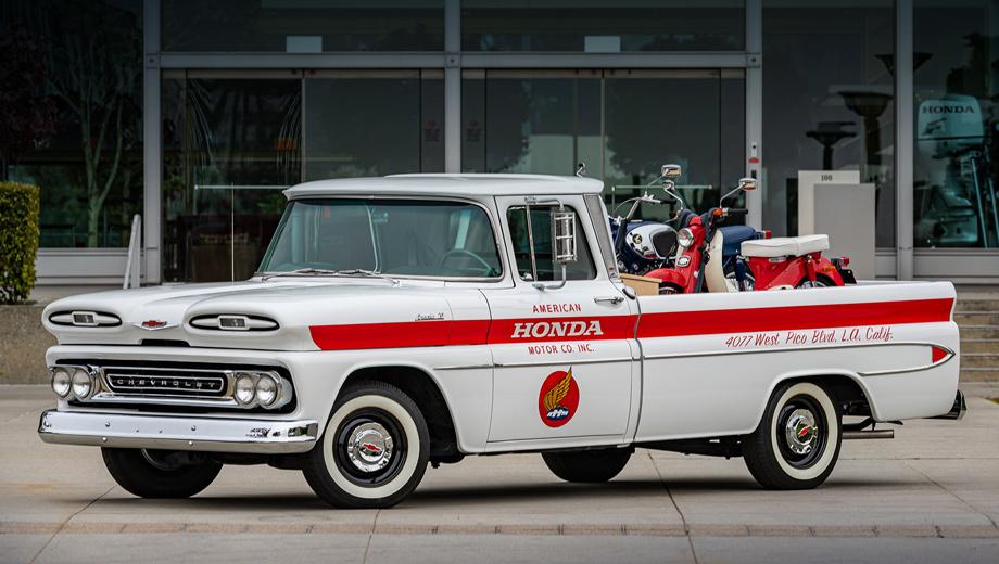 Honda civic,Honda ridgeline,Honda cr-v,Honda n600,Honda s800. Chevrolet на стенде Хонды? Бывает и такое. Конкуренция отступает, когда на первый план выходит история. Полутонный пикап C/K Apache первого поколения (1960–1966) — предок могучего Silverado. Данный экземпляр оснащён двигателем V8 4.6 и трёхступенчатой «механикой».