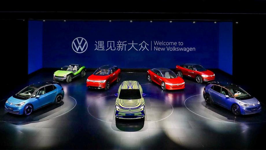 Volkswagen id next,Volkswagen id. На переднем плане стоят два хэтча ID.3, между ними затесался ID.Next. Сзади мы видим (слева направо) багги ID.Buggy, кроссвэн ID.Roomzz, седан ID.Vizzion и  паркетник ID.Crozz. Стало быть, ID.Next и ID.Crozz — не один кроссовер с вероятным именем ID.4, а разные модели.