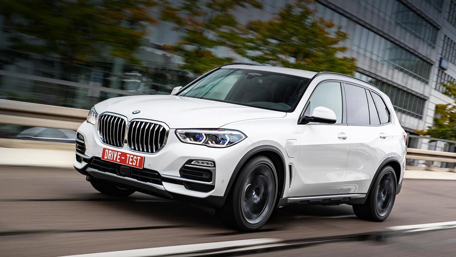 Bmw x5. Появление гибридного BMW X5 в России маловероятно, поэтому говорить о ценах бессмысленно. В Европе X5 xDrive45e стоит от 77 950 евро — на 6200 дороже, чем бензиновый кроссовер xDrive40i за 71 750 евро. В России за такой просят почти пять миллионов.