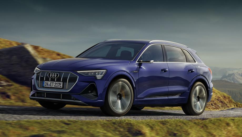 Audi e-tron. Вместе с модернизацией начинки компания добавила в число исполнений «и-трона» пакет S line (на снимках), включающий в себя оригинальные 20-дюймовые колёсные диски и спортивную пневмоподвеску, изменённые бамперы, расширенные воздухозаборники, накладки на колёсные арки и пороги в цвет кузова.