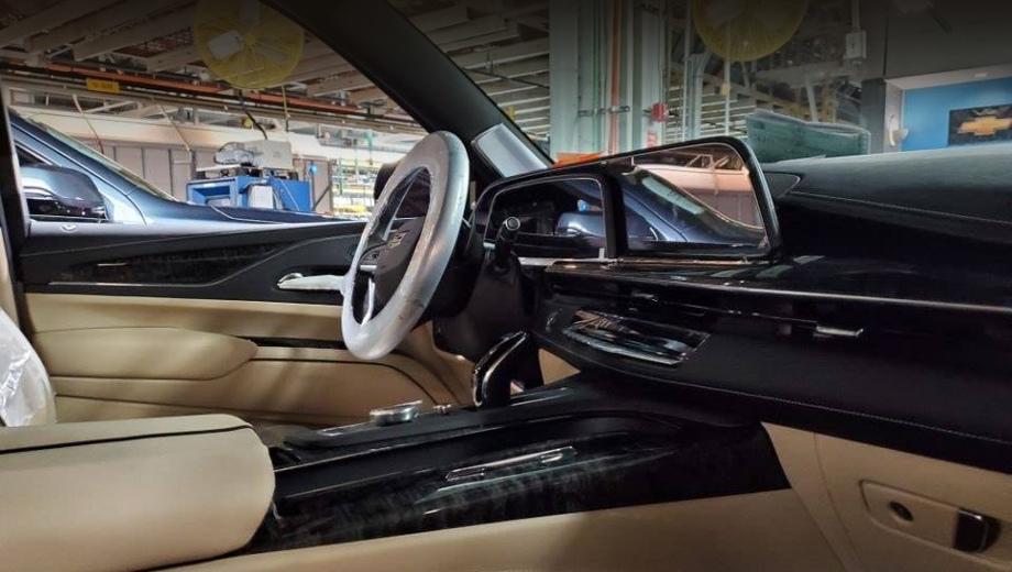 Cadillac escalade. Оформление приборки и центрального экрана с двумя дугами, одна над другой, напоминает шоу-кар Cadillac Escala.