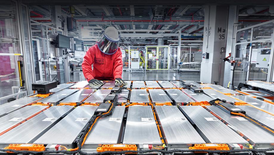 Audi e-tron. Замкнутый цикл по какому-либо компоненту батареи означает экономию ресурсов, закупаемого извне сырья, а также снижение выбросов углекислого газа, которые обычно сопутствуют добыче необходимых соединений и их переработке в конечный продукт. Audi намерена стать полностью «углеродно-нейтральной» компанией к 2050 году.