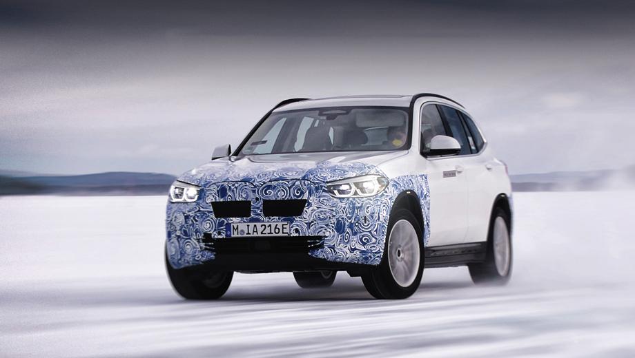 Bmw ix3. Баварцы называют тестируемый в снегах iX3 своим первым электрическим Sports Activity Vehicle (SAV), хотя опыт создания кроссовера на батареях у компании есть: в 2013-м СП BMW Brilliance выпустило в свет модель Zinoro 1E, построенную на основе «икс-первого».