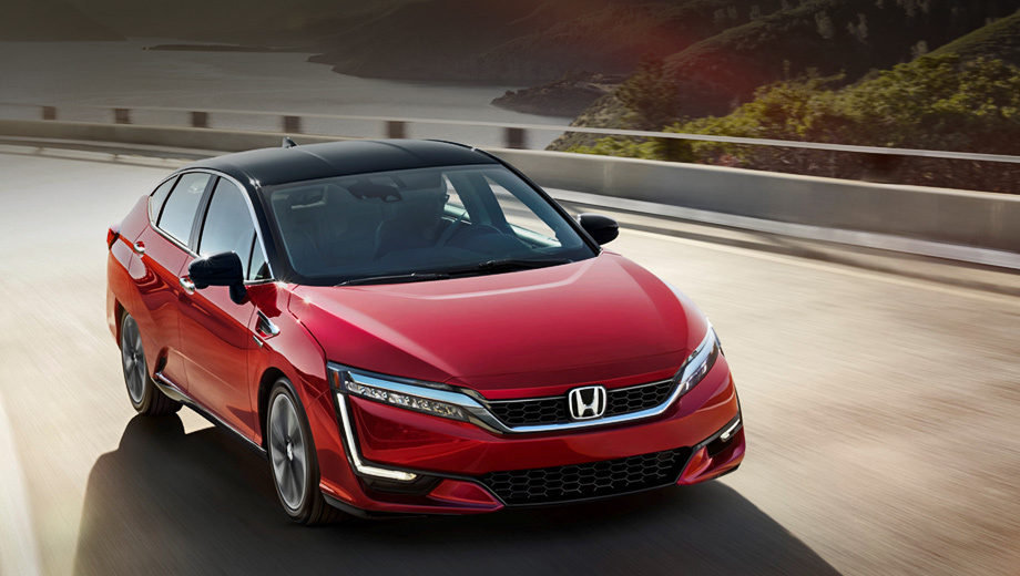 Honda clarity. Пятиместная модель Clarity Fuel Cell оснащена электромотором с отдачей 176 л.с. и 300 Н•м, приводящим передние колёса. Ток для него вырабатывает блок топливных элементов, а пики нагрузки сглаживает небольшая литиевая батарея, играющая роль буфера.