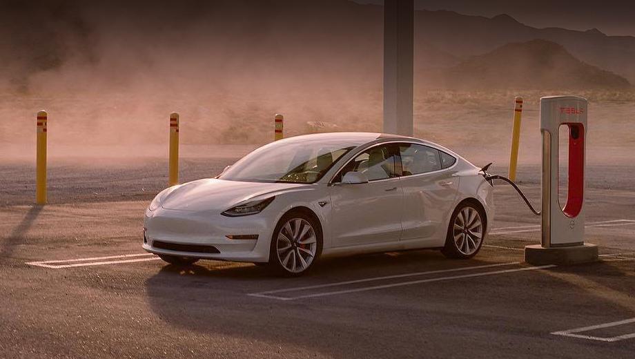 Tesla model 3. К слову, Model 3 является одним из семи претендентов на титул «Автомобиль года» в Европе. Победитель будет объявлен второго марта 2020-го.