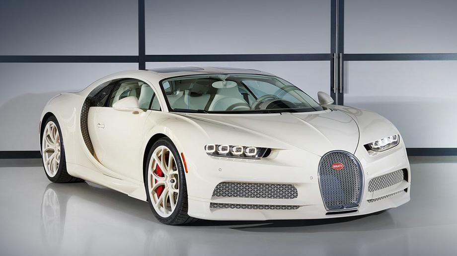 Bugatti chiron. Гиперкар Bugatti приучил публику к тёмной двухцветной окраске (хотя однотонные варианты бывали), а новое издание покрыто кремовым колером Hermes Craie. Решётка состоит из буковок «H», воздуховоды защищены особой сеткой. Оранжевые отражатели на крыльях — обязательный атрибут в США.