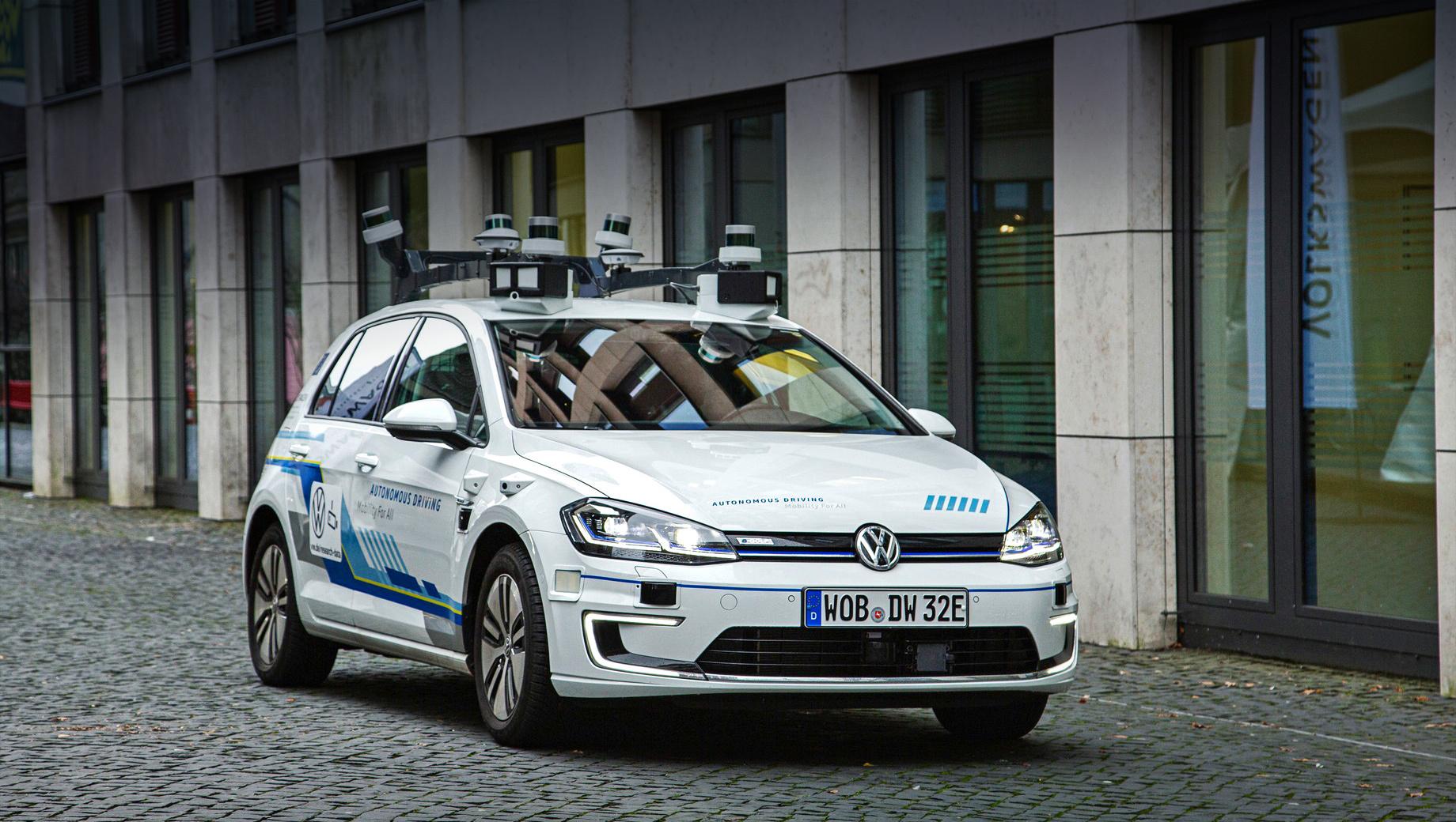 Volkswagen e-golf,Volkswagen golf. Пять беспилотных прототипов на базе электрического хэтча e-Golf с марта 2019-го тестируются на улицах Гамбурга. Оборудование включает 11 лазеров, семь радаров и 14 камер. Вычислительная мощность сопоставима с 15 ноутбуками, которые обмениваются пятью гигабайтами данных в минуту.