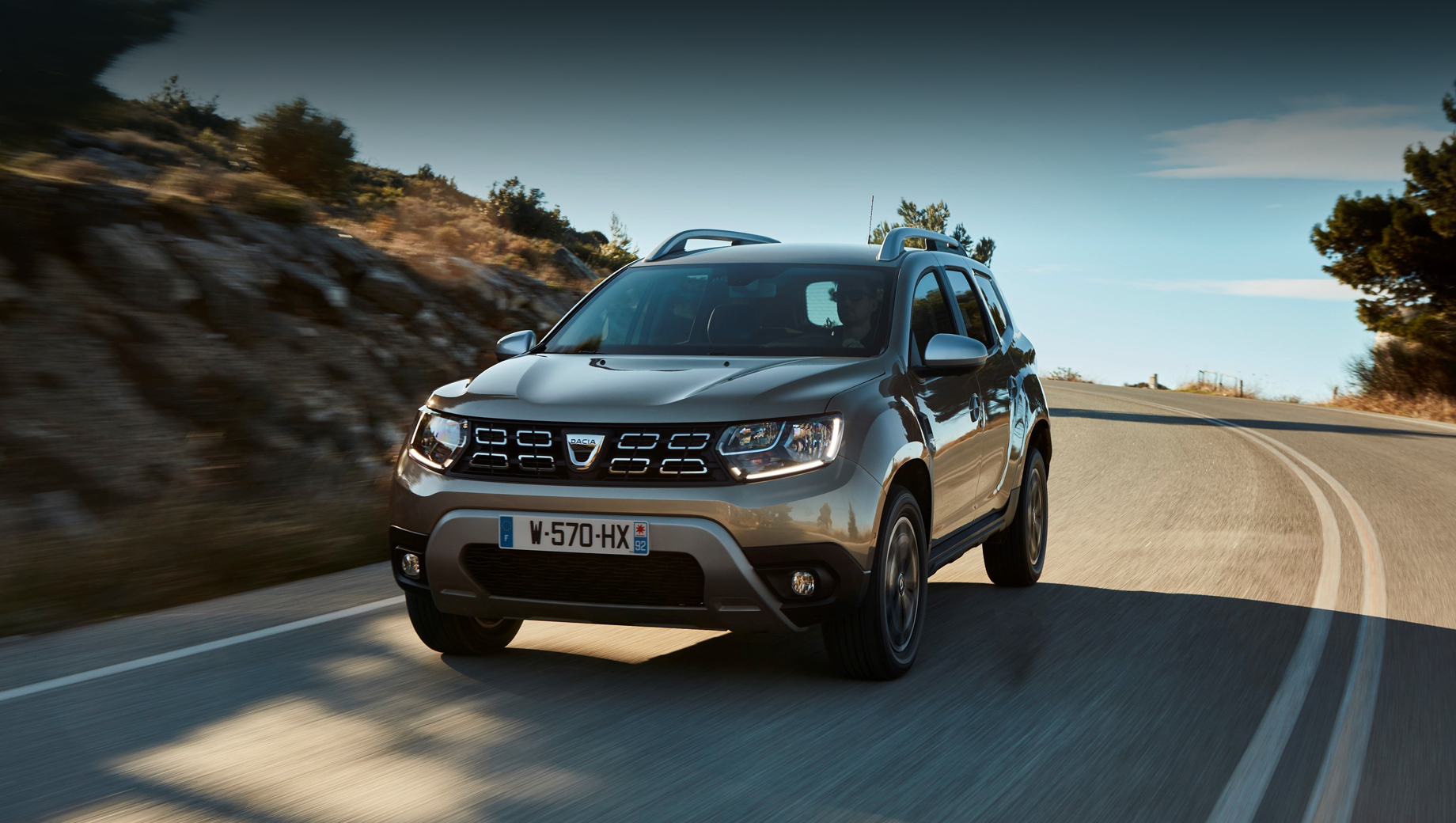 Dacia duster. В качестве преимуществ новой версии Дастера названы дружественность к природе (выбросы углекислого газа на 10% ниже, чем у бензинового аналога), а также большой запас хода на двух видах горючего в сумме (газ плюс бензин) — более чем 1000 км.