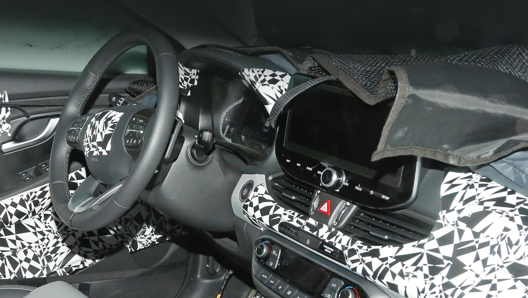 Hyundai i30. При беглом взгляде кажется — интерьер почти тот же, что у предшественника. Но разница всё же есть.