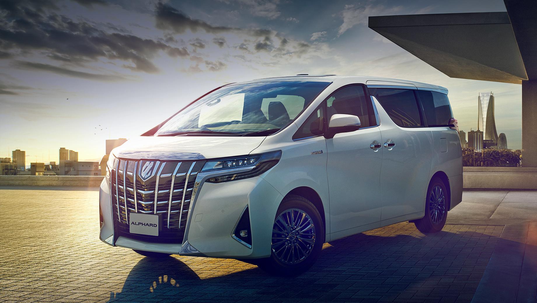 Toyota alphard. Alphard предлагается у нас с атмосферником V6 3.5 (300 л.с., 361 Н•м), восьмидиапазонным «автоматом» и передним приводом по ценам от 4 764 000 рублей. Предыдущие отзывы Альфардов проводились летом 2018-го: для замены подушек и обновления софта.
