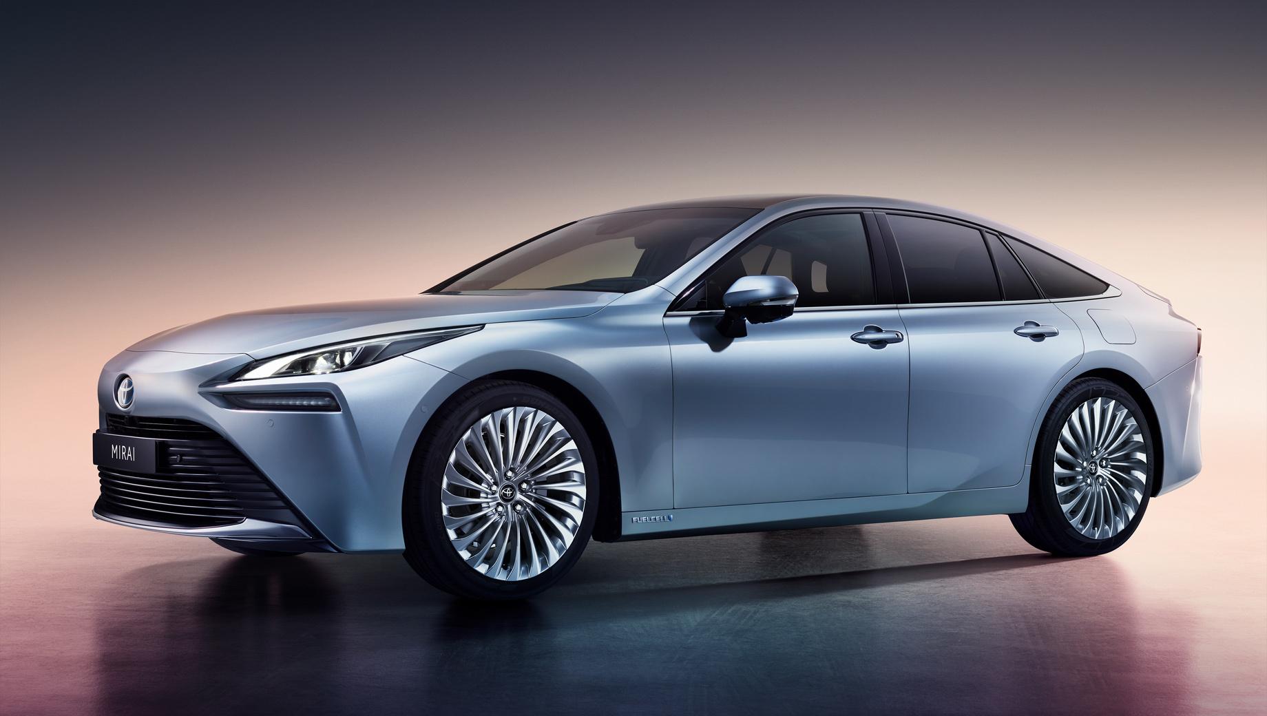 Toyota mirai. Mirai нового поколения длиннее предшественника на 85 мм (4975), шире на 70 мм (1885) и ниже на 65 мм (1470). Колёсная база подросла на 140 мм до 2920.