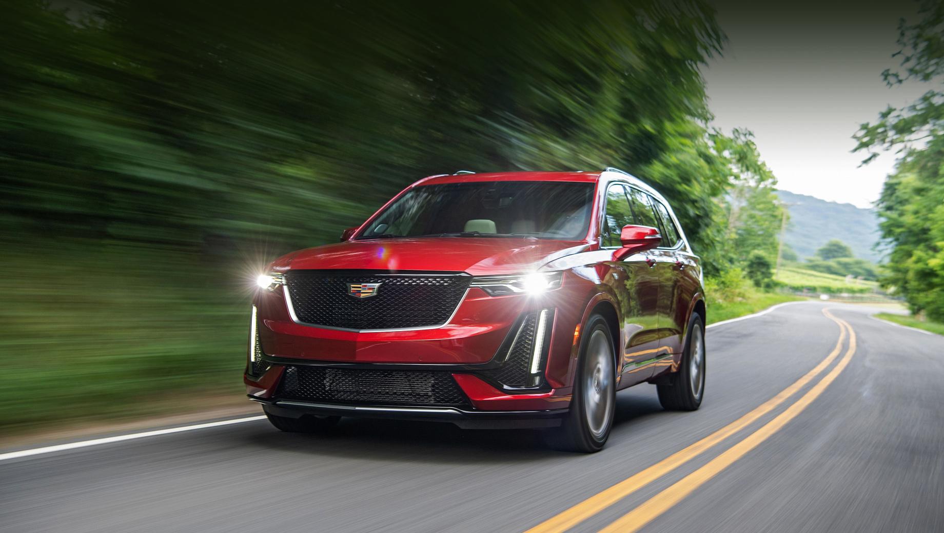 Cadillac xt6. Паркетник длиной 5050 мм выпускается на двух заводах: Spring Hill Manufacturing в штате Теннесси (отсюда машины приедут к нам) и SAIC-GM в Шанхае. В США базовая версия Premium Luxury с передним приводом стоит от $53 690 (3,3 млн рублей). Топовый XT6 Sport (на фото) — от $58 090 (3,57 млн).