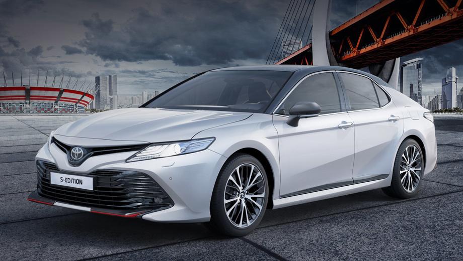 Toyota camry. Двухцветная окраска совмещает белый «перламутр» с чёрным «металликом». На тёмной стороне оказались решётка, крыша, стойки, корпуса наружных зеркал, дверные молдинги и спойлер на крышке багажника. Впрочем, седан S-Edition может быть чёрным полностью.