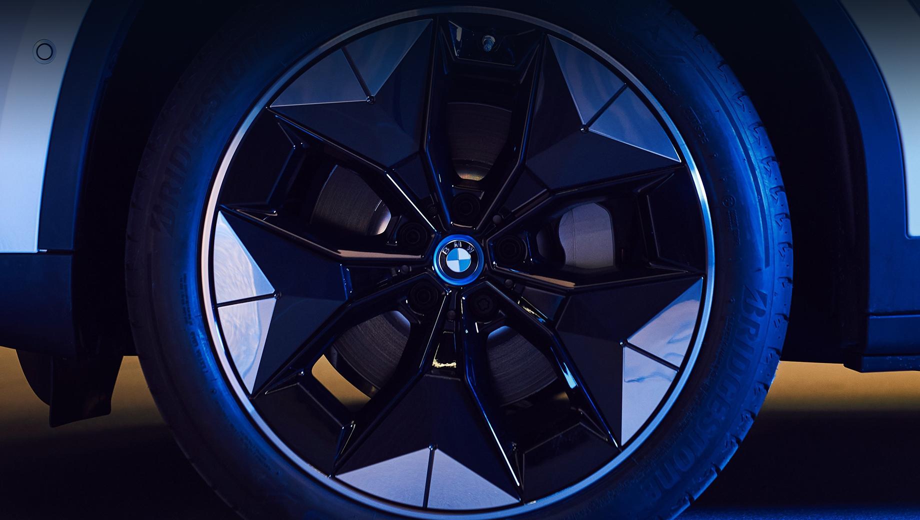 Bmw ix3. Показанный на снимках прототип колёс BMW Aerodynamic Wheel примерно в таком виде и придёт на серийную машину.