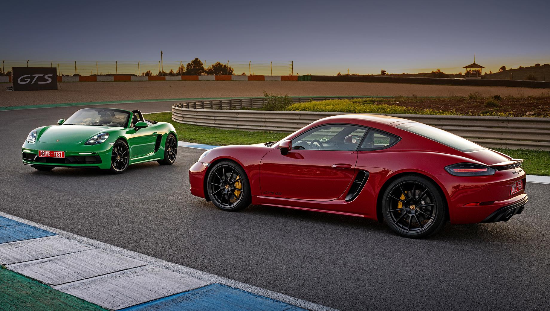 Porsche 718,Porsche boxster,Porsche 718 boxster,Porsche cayman,Porsche 718 cayman. По традиции в этой парочке дешевле Cayman — от 5 867 000 рублей. Boxster стоит на 70 тысяч больше. Они почти на миллион рублей дороже 350-сильных «эсок» с четырёхцилиндровыми моторами и прибавили 300 тысяч относительно модификаций GTS 2.5, отправленных на покой.