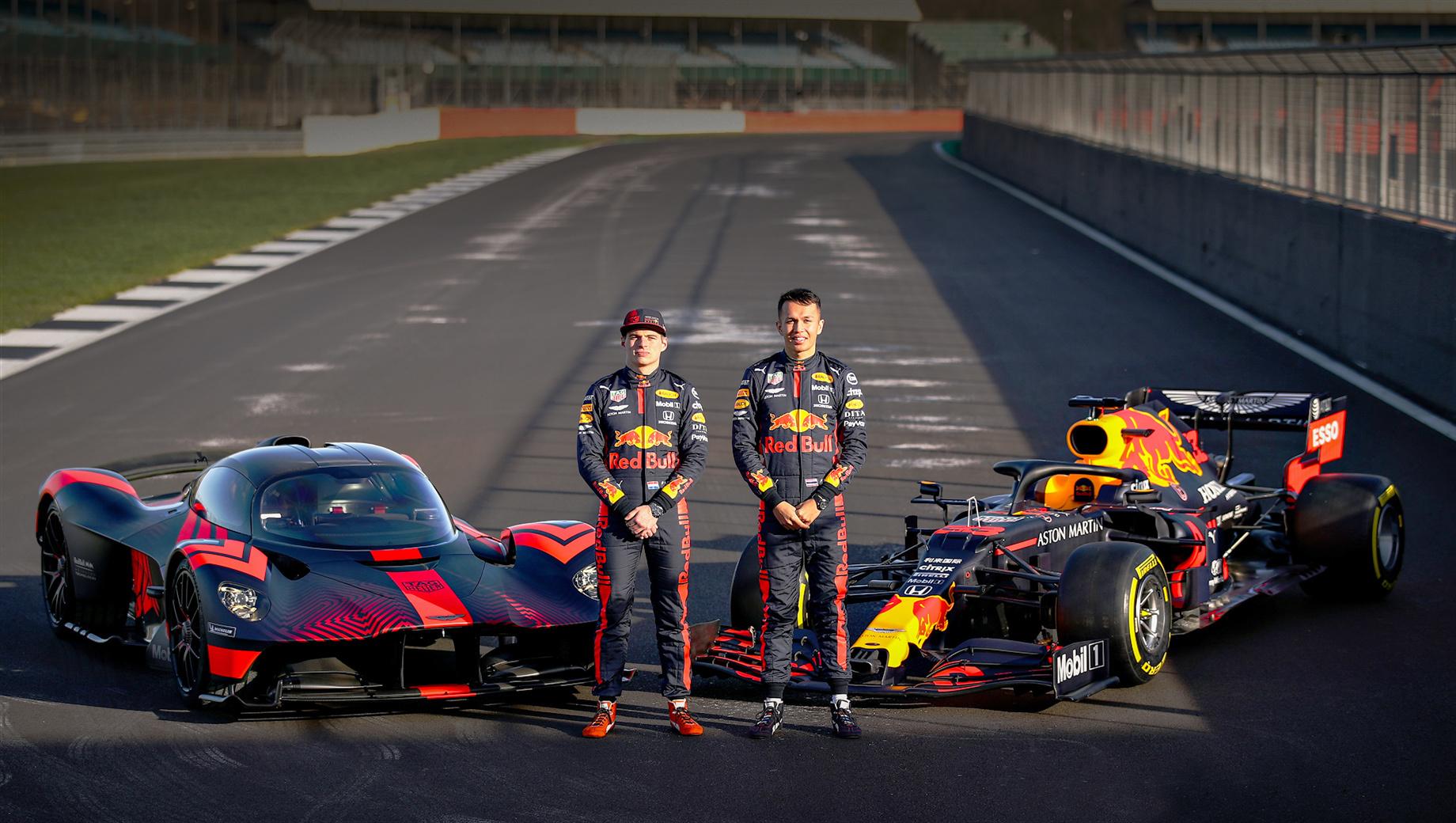 Aston martin valkyrie. Проект Aston Martin Valkyrie создавался в сотрудничестве с компанией Red Bull Advanced Technologies. Цена — от двух миллионов фунтов стерлингов (около 165 млн рублей). На фото дорожный прототип (слева) позирует рядом с болидом Формулы-1 RB16.