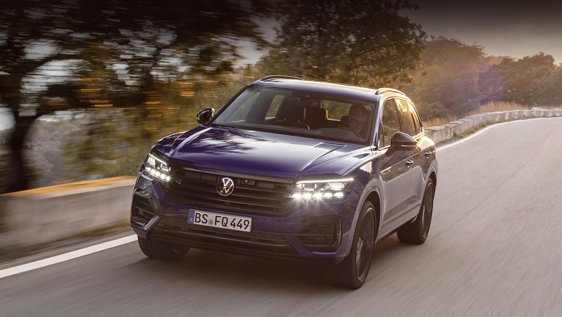 Volkswagen touareg,Volkswagen touareg r. Новой версии Туарега положен пакет Black Style и 20-дюймовые колёсные диски Braga, а также бамперы в стиле моделей R.