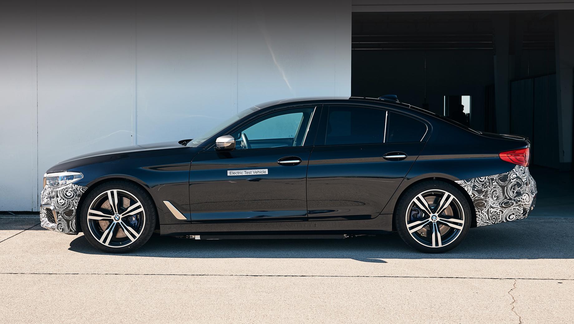 Bmw 5,Bmw 7. Пятая серия уже обращалась в электромобиль: в виде эксперимента в прошлом году. Но тогда в компании уверяли, что 720-сильный седан BMW Power BEV нужен просто для отработки перспективных электрических агрегатов, и никаких планов по продвижению батарейной «пятёрки» на конвейер нет.