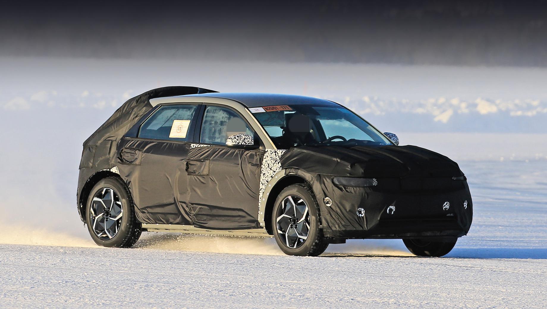 Hyundai 45,Hyundai pony. Рассматривая детали машины вблизи, фотографы отметили, что прототип выглядит «вполне завершённым», а потому компания способна представить новичка уже в нынешнем году. Продажи, скорее всего, начнутся в следующем.