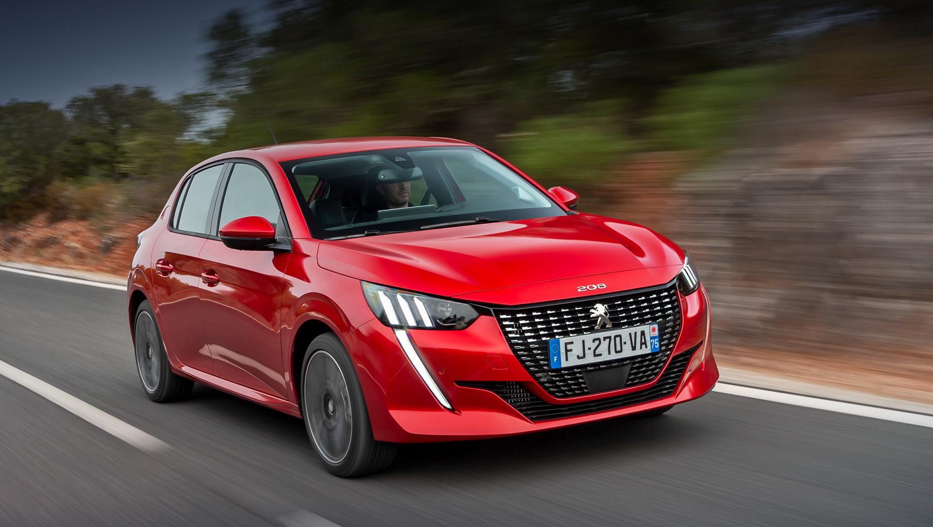 Peugeot 208. C момента запуска в Европе (продажи стартовали в октябре 2019-го) новый «двести восьмой» нашёл почти 110 000 покупателей. Цены начинаются с 15 490 евро (1,15 млн рублей). На электрическую версию e-208 (от 30 450 евро) пришлось 15% спроса.