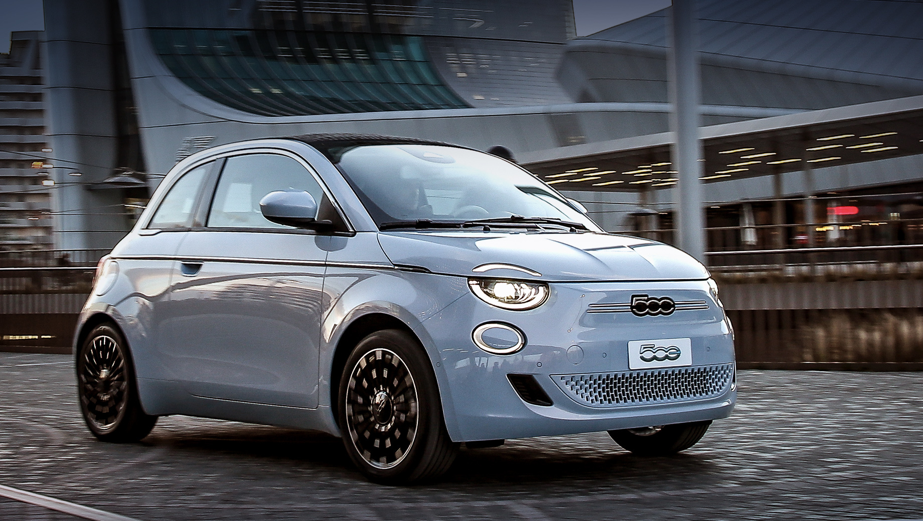 Fiat 500,Fiat 500e. Вместо логотипа Фиата на носу размещён знак «500», зато на корме появилась крупная надпись «FIAT». Фронтальная оптика на светодиодах повторяет обычный «пятисотый», однако кольца ходовых огней «заходят» на капот. Воздуховоды из «решётки» убраны, передний бампер новый.