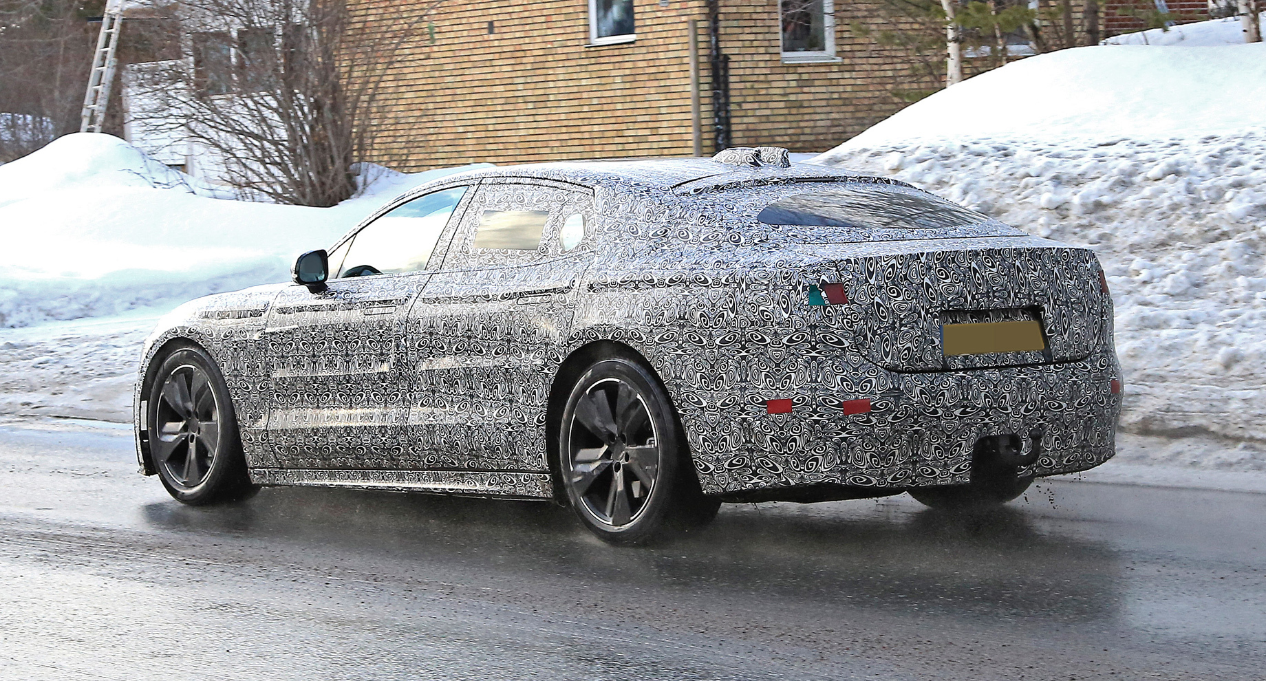 Лифтбек Jaguar XJ вышел натесты всерийном кузове