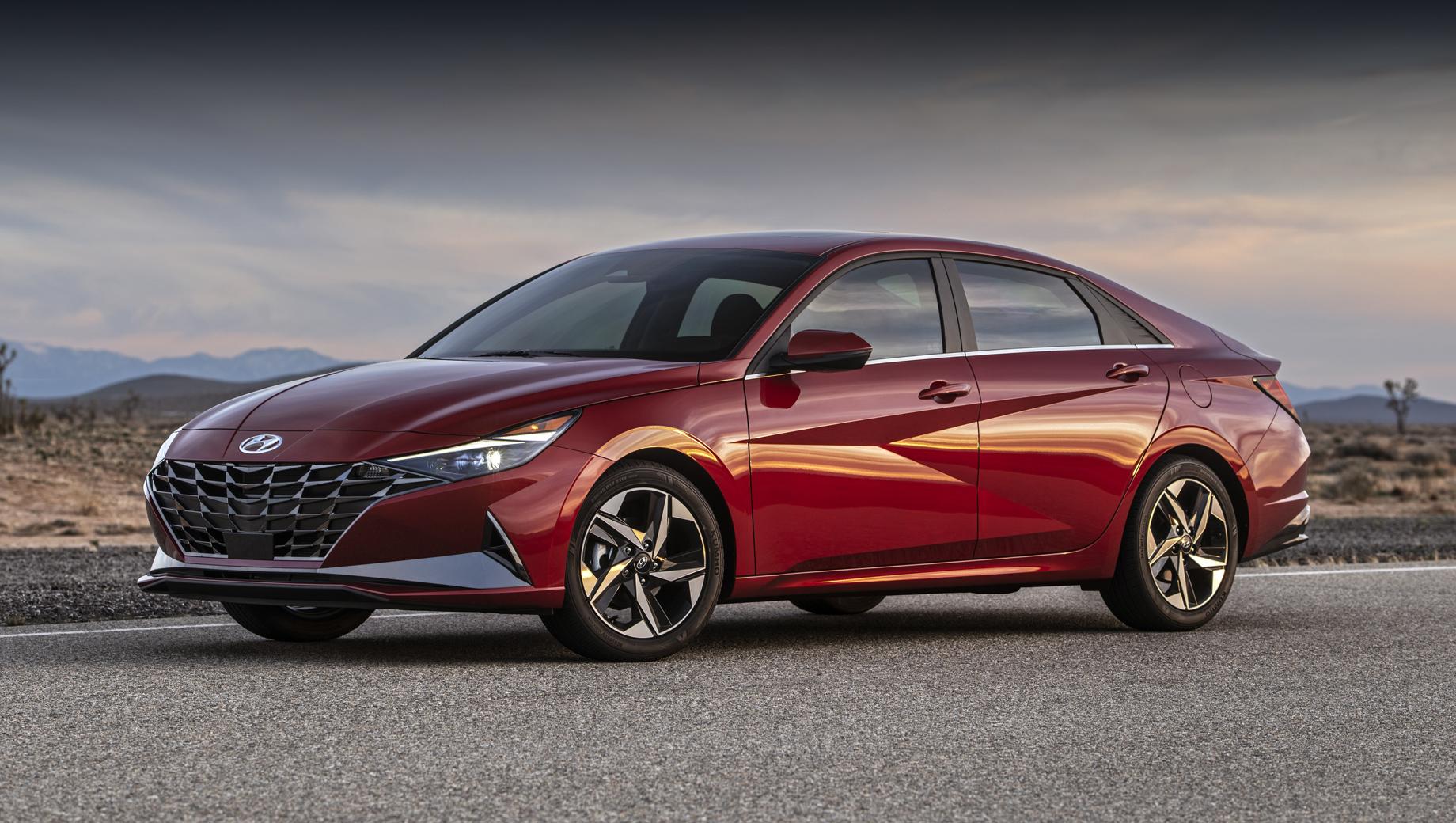 Hyundai elantra. Длина седана равна 4676 мм (+56 мм к предшественнику), ширина — 1826 (+26), высота — 1414 (-21), колёсная база — 2720 (+20).