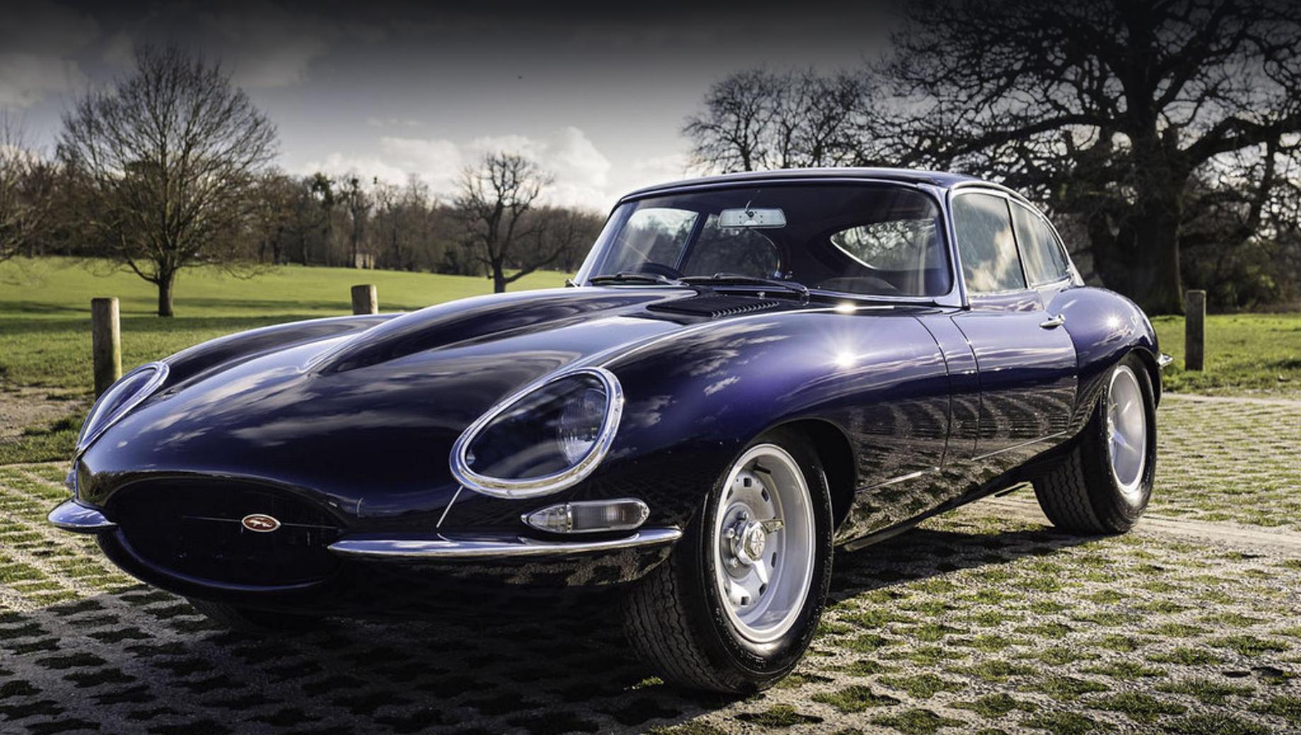Jaguar e-type. Автомобиль окрашен в оттенок Portofino Blue. Колёса Dunlop — в гоночном стиле 1960-х, шины — Avon 215/60–15 и 245/60–15.