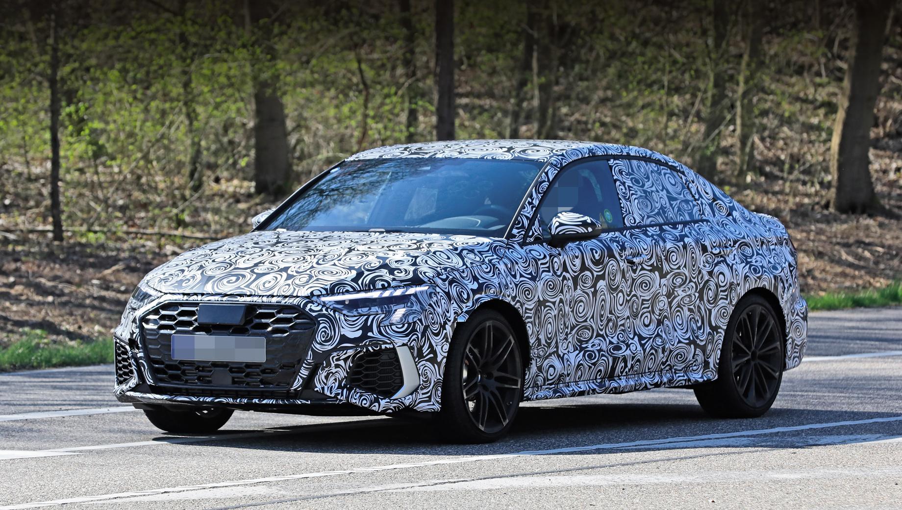 Audi a3,Audi a3 sedan,Audi rs3,Audi rs3 sedan. Оформление носовой части машины напоминает дизайн уже показанного хэтчбека А3, только боковые воздухозаборники в переднем бампере здесь явно крупнее.