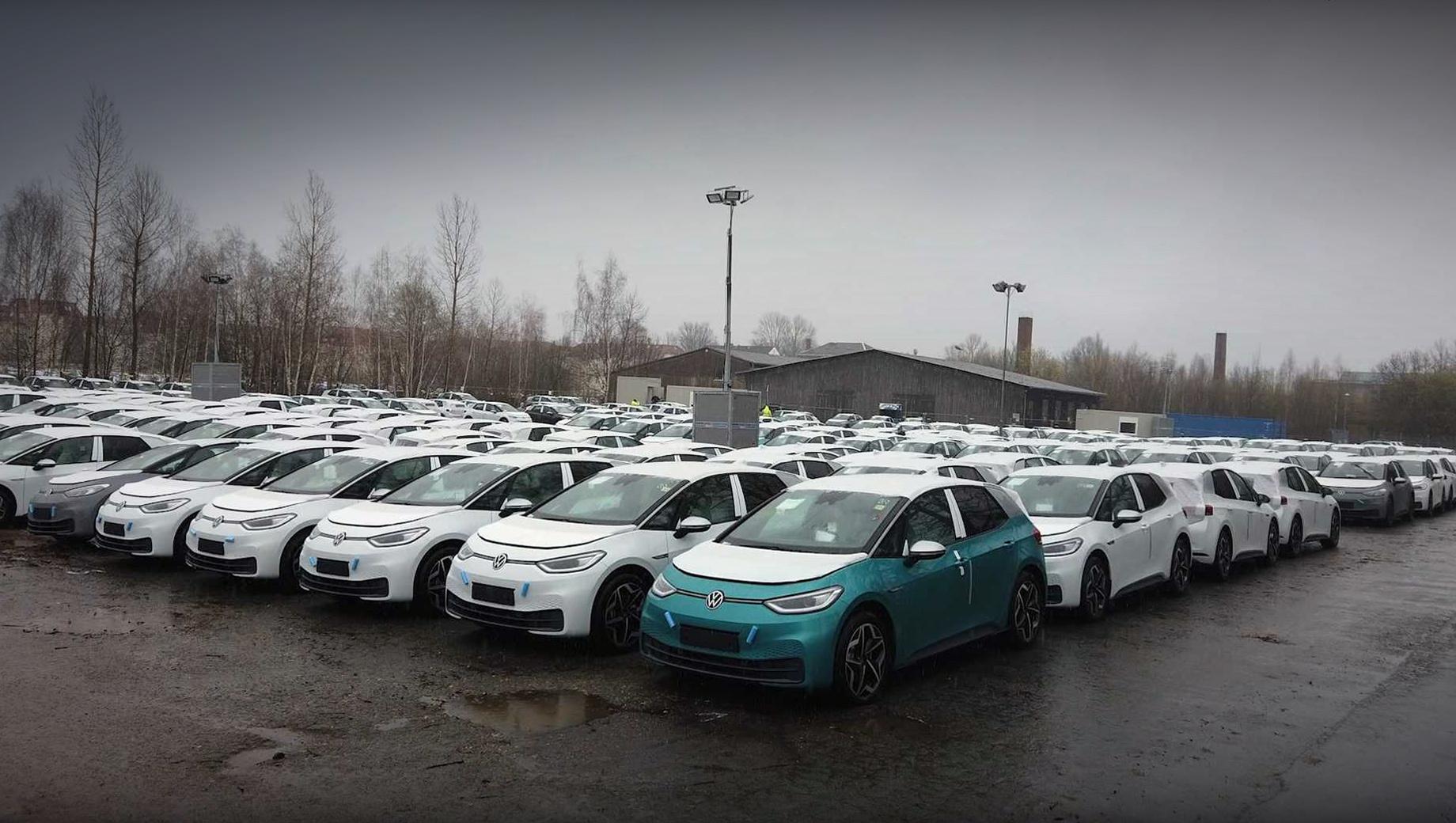 Volkswagen id 3. Сотрудники ресурса nextmove.de смогли без труда проникнуть на один из «секретных складов» Фольксвагена неподалёку от Лейпцига (видео с 13:10). Площадок, где новенькие ID.3 ожидают установку софта, в Германии должно быть много. Стоянка на заводе в Цвиккау не считается.