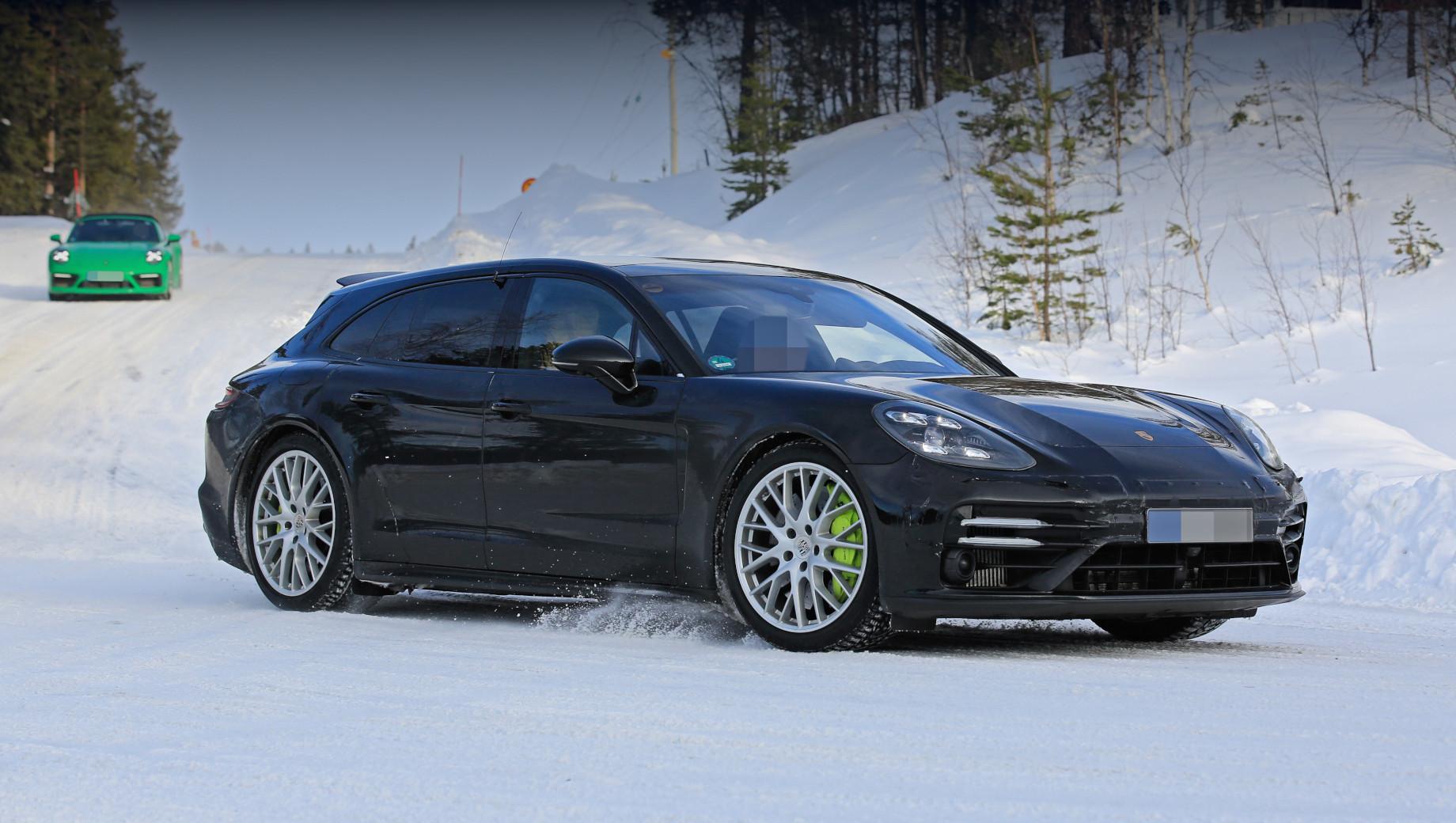 Porsche panamera,Porsche panamera sport turismo. Корректировке подвергся передний бампер, что заметнее всего по сдвоенным ходовым огням, расположенным на большем расстоянии друг над другом, чем прежде.