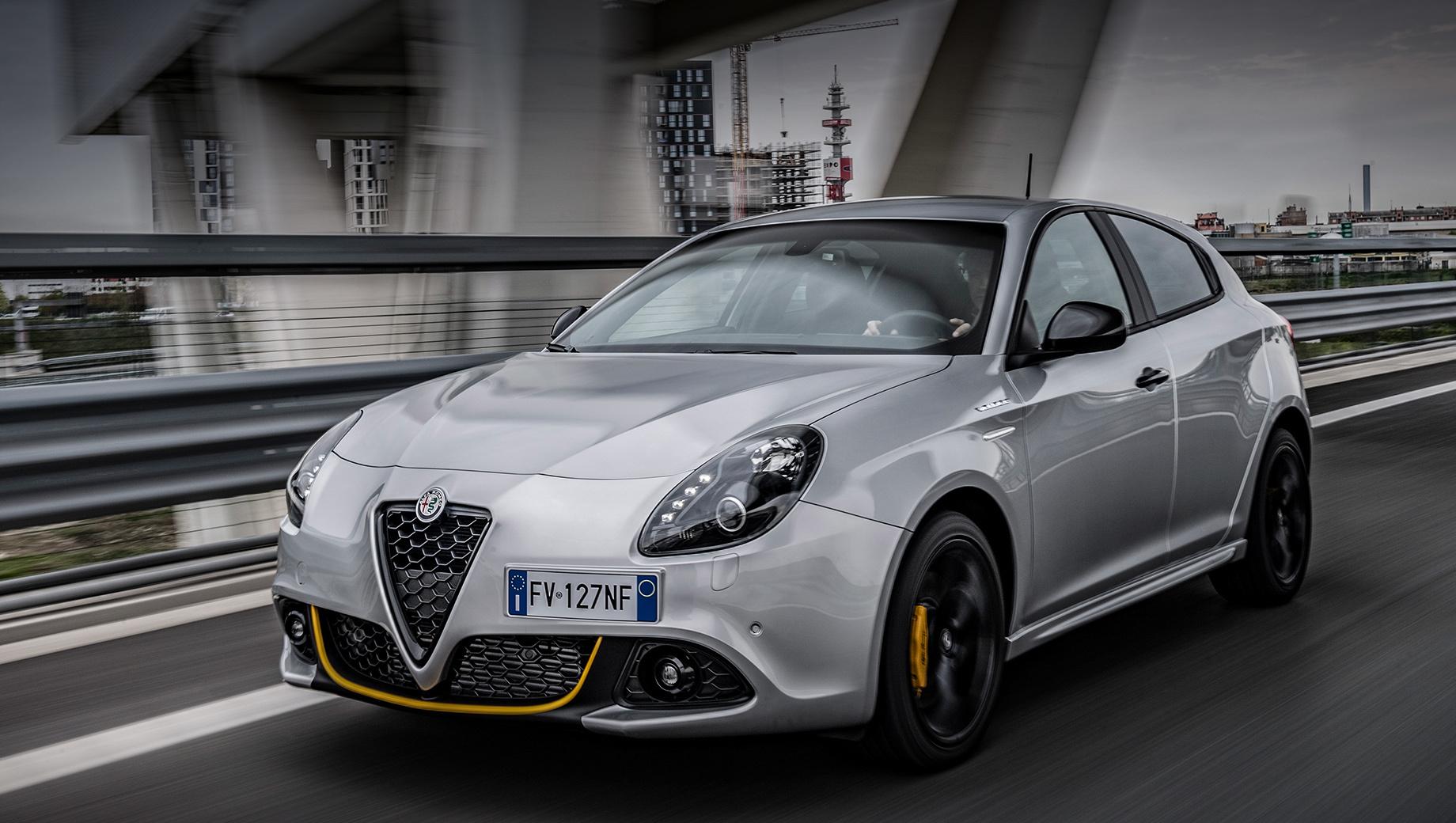 Alfaromeo giulietta. На модель Alfa Romeo Giulietta ставили бензиновые моторы мощностью от 105 до 240 л.с. и турбодизели, выдающие от 105 до 175 сил. Наиболее быстрой была версия Quadrifoglio Verde с турбомотором 1.75, которая ускорялась до сотни за шесть секунд и могла развить до 244 км/ч.
