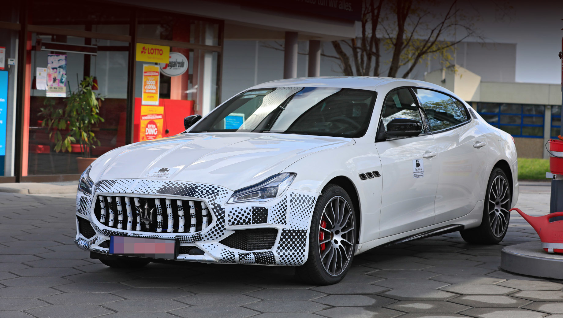 Maserati quattroporte. Форма бампера намекает, что мы имеем дело с модификацией GTS. Судя по маскировке носовой части, модель ожидают небольшие корректировки в воздухозаборниках и решётке радиатора.