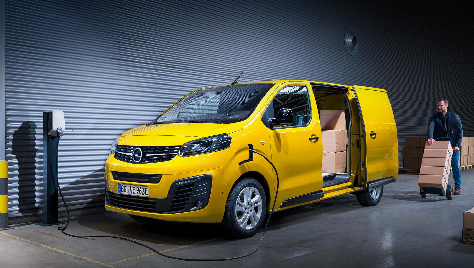 Opel vivaro,Opel vivaro-e. По умолчанию Opel Vivaro-e комплектуется однофазным зарядным устройством на 7,4 кВт, а опционально — трёхфазным на 11,3 кВт. Чтобы зарядить батарею на 80% от 100-киловаттной станции, нужно от 30 до 45 минут в зависимости от ёмкости аккумулятора.