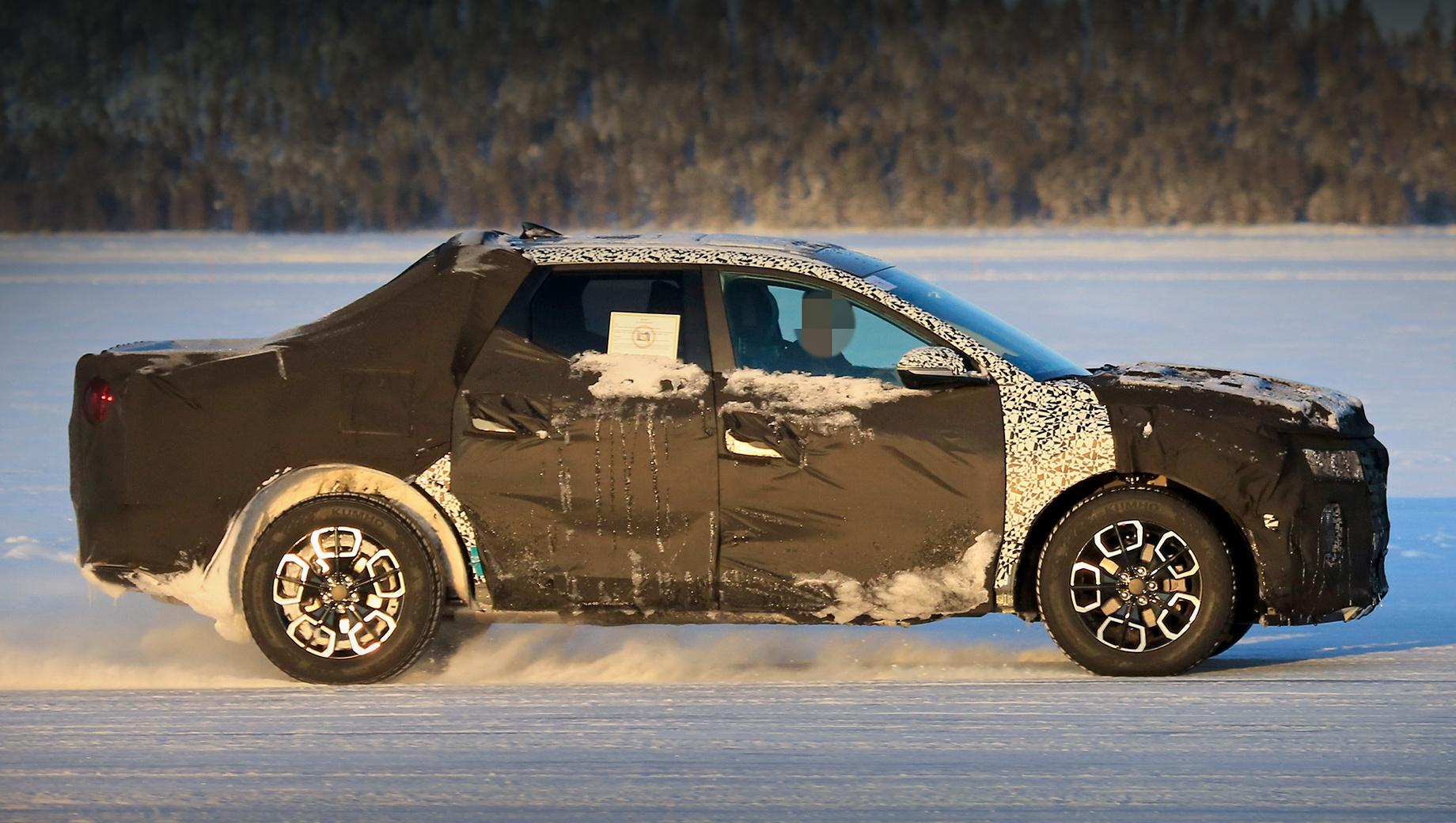 Hyundai santa cruz,Hyundai pickup. Привыкшие к рамным грузовичкам американцы могут не принять компактный пикап с несущим кузовом, поэтому Hyundai пытается подать Santa Cruz как гламурный городской crossover. Если номер пройдёт, клон от KIA не заставит себя ждать.