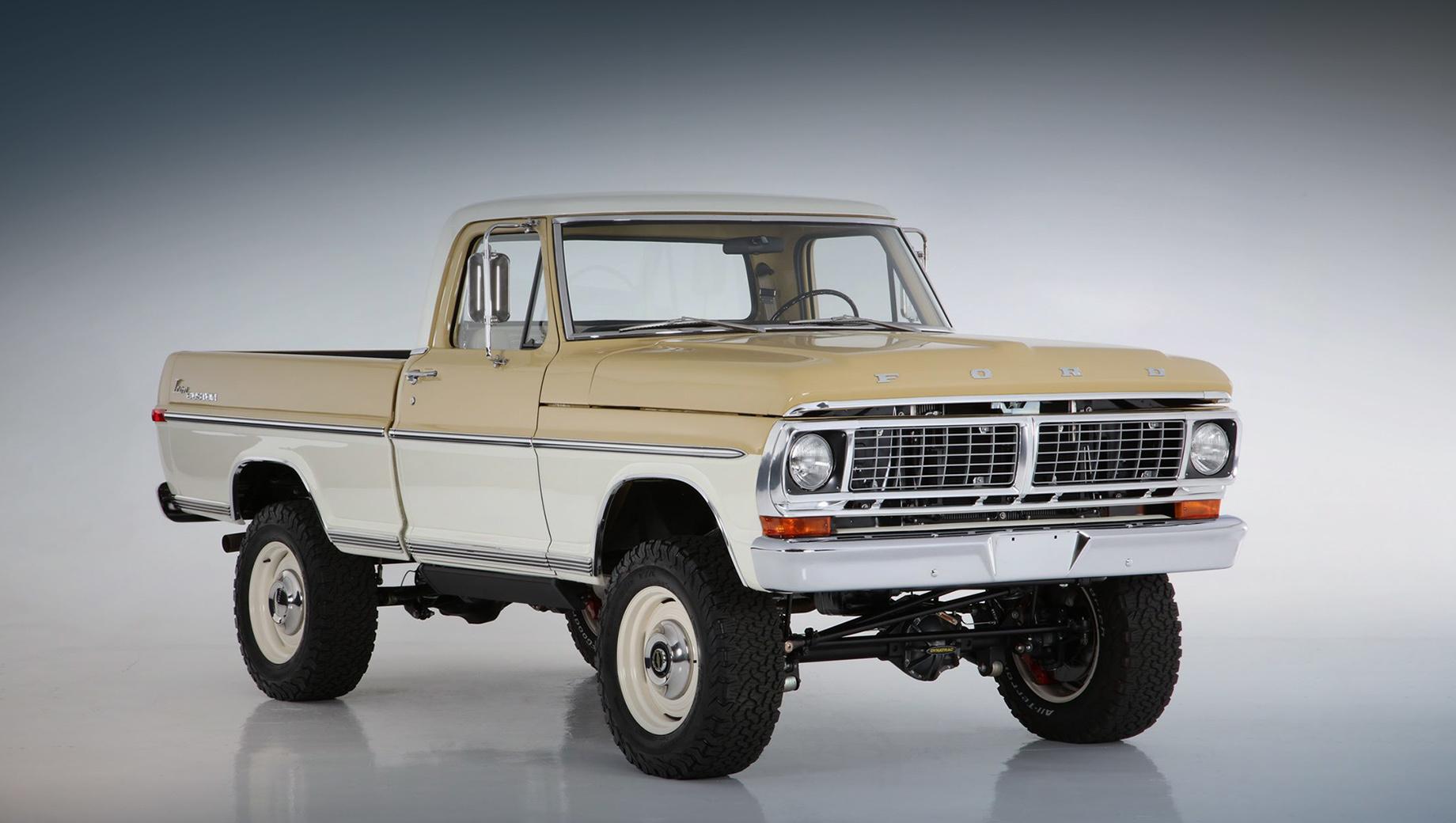 Ford f-100. Оригинальные колёса диаметром 15 дюймов заменены на 18-дюймовые, чтобы вместить новые тормоза. Кованые алюминиевые диски с оригинальными хромированными колпаками Ford укомплектованы шинами BF Goodrich A/T.