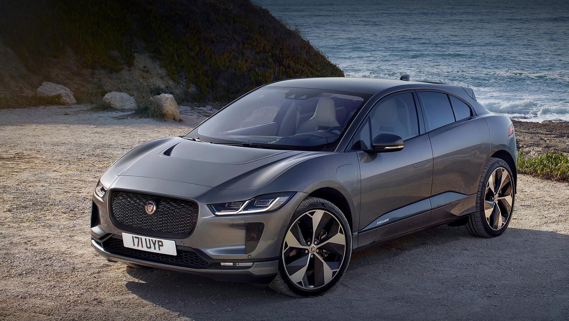 Jaguar i-pace,Audi e-tron,Mercedes eqc. За прошлый год россияне купили 128 паркетников Jaguar I-Pace. С января по конец апреля 2020-го продано 20 машин. Двухмоторная установка «ай-пейса» выдаёт 400 л.с., 696 Н•м. Батарейной ёмкости в 90 кВт•ч хватает на 480 км по стандарту WLTP.