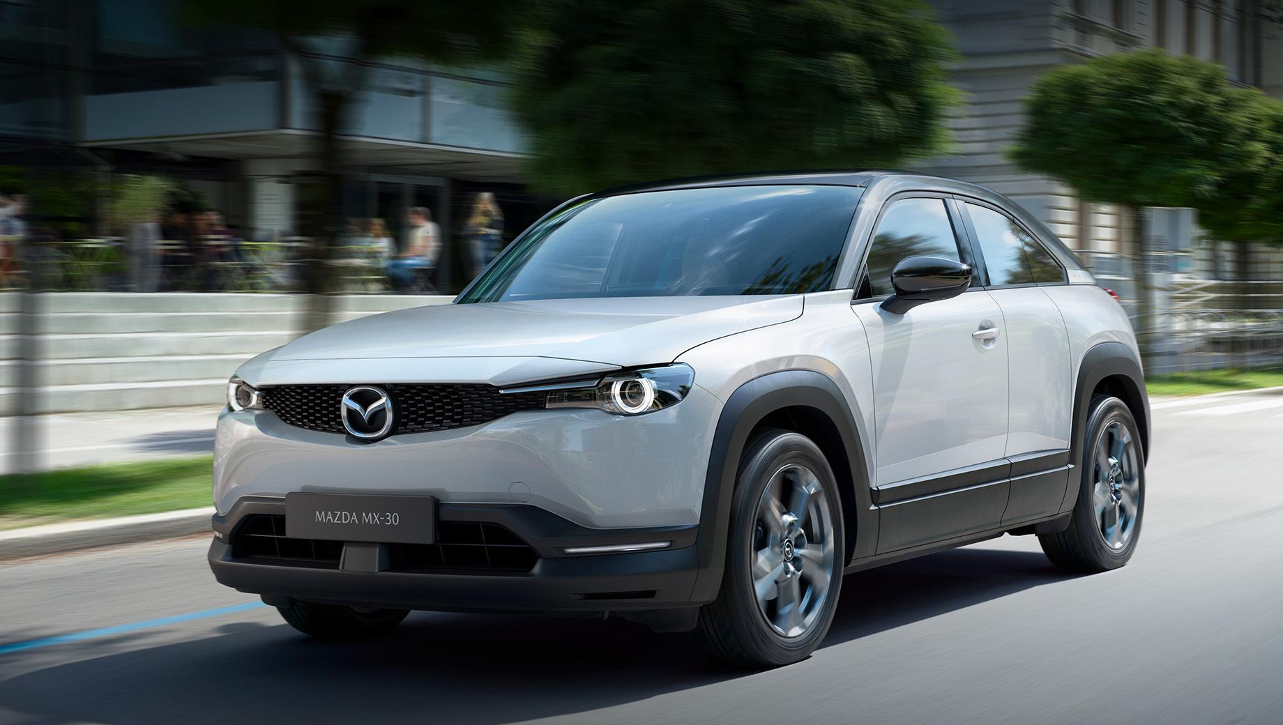 Mazda mx-30. По размерам новобранец ожидаемо повторяет Мазду CX-30 (из неё был сделан прототип e-TPV): длина, ширина, высота — 4395×1795×1570 мм, колёсная база — 2655. Правда, из-за батареи в днище электрокар выше на 30 мм. Размерность шин — 215/55 R18.