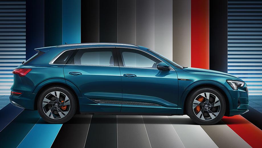 Audi e-tron. Сейчас в Китае предлагается импортный Audi e-tron (на фото), но исключительно в топ-версии 55 quattro (360 л.с., 561 Н•м), из-за чего цены кусаются: 692 800–828 600 юаней (6,9–8,3 млн рублей).