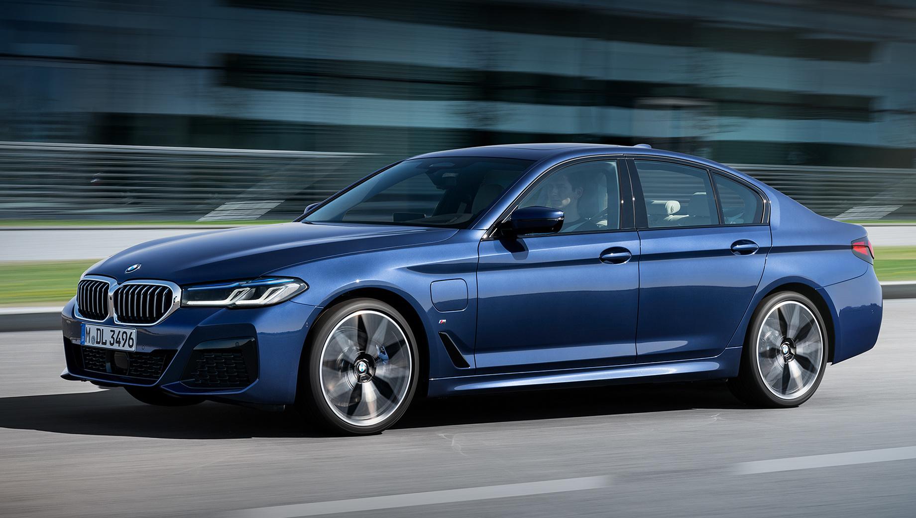 Bmw 5. Российское представительство BMW пока объявило только стартовую цену на «пятёрку» — от 3 470 000 рублей. Это на 100 тысяч больше, чем просили за базовую дорестайлинговую машину. Audi A6 40 TFSI (190 л.с.) стоит от 3 116 000 рублей, а Mercedes E 200 (197 л.с.) — от 3,5 млн.