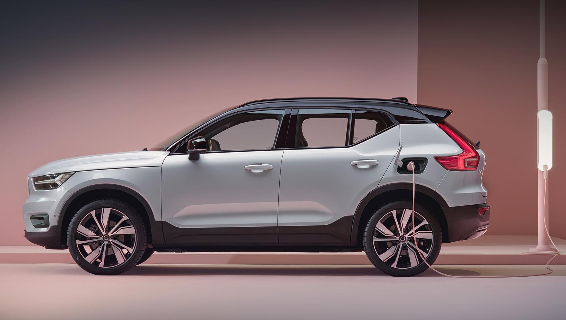 Volvo xc40. Заказы на электрокар Volvo XC40 Recharge Pure Electric P8 британские дилеры уже принимают, а первые клиентские машины доберутся до владельцев в начале 2021 года. В континентальной же Европе заказы начнут оформлять ближайшей осенью.