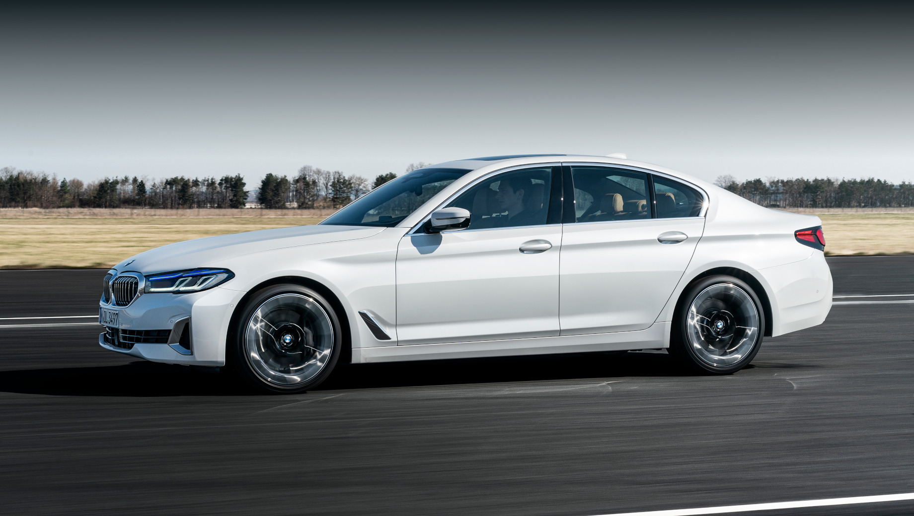 Bmw 5,Bmw 6 gt. Всем «пятёркам» по умолчанию положены полностью светодиодные фары, шины RunFlat, двухзонный климат-контроль, обогрев руля и передних сидений, навигация и сервисы BMW ConnectedDrive.