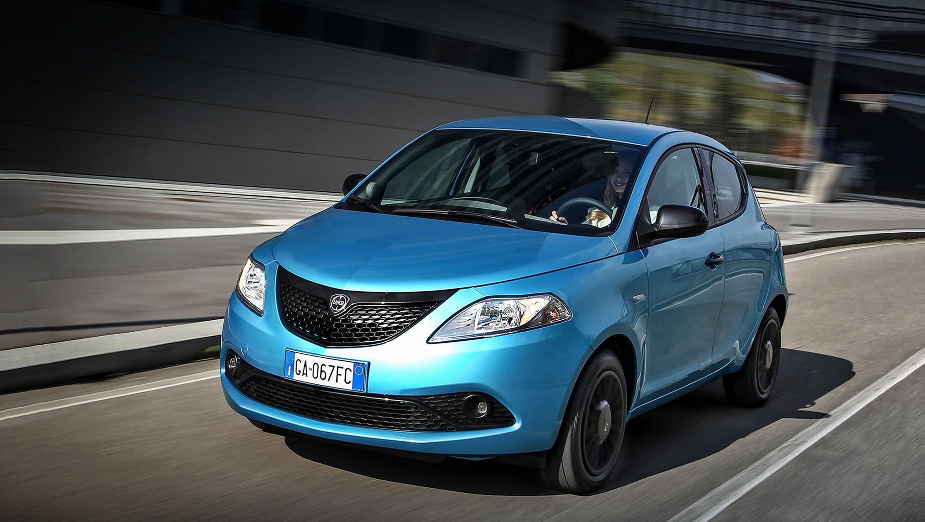 Lancia ypsilon,Lancia ypsilon hybrid. Lancia Ypsilon Hybrid выходит на рынок в спецверсии Maryne, отличающейся оригинальным голубым цветом Blue Maryne и чёрной глянцевой отделкой снаружи. Заказы в Италии уже принимают, цена — от 16 400 евро (1,3 млн рублей).
