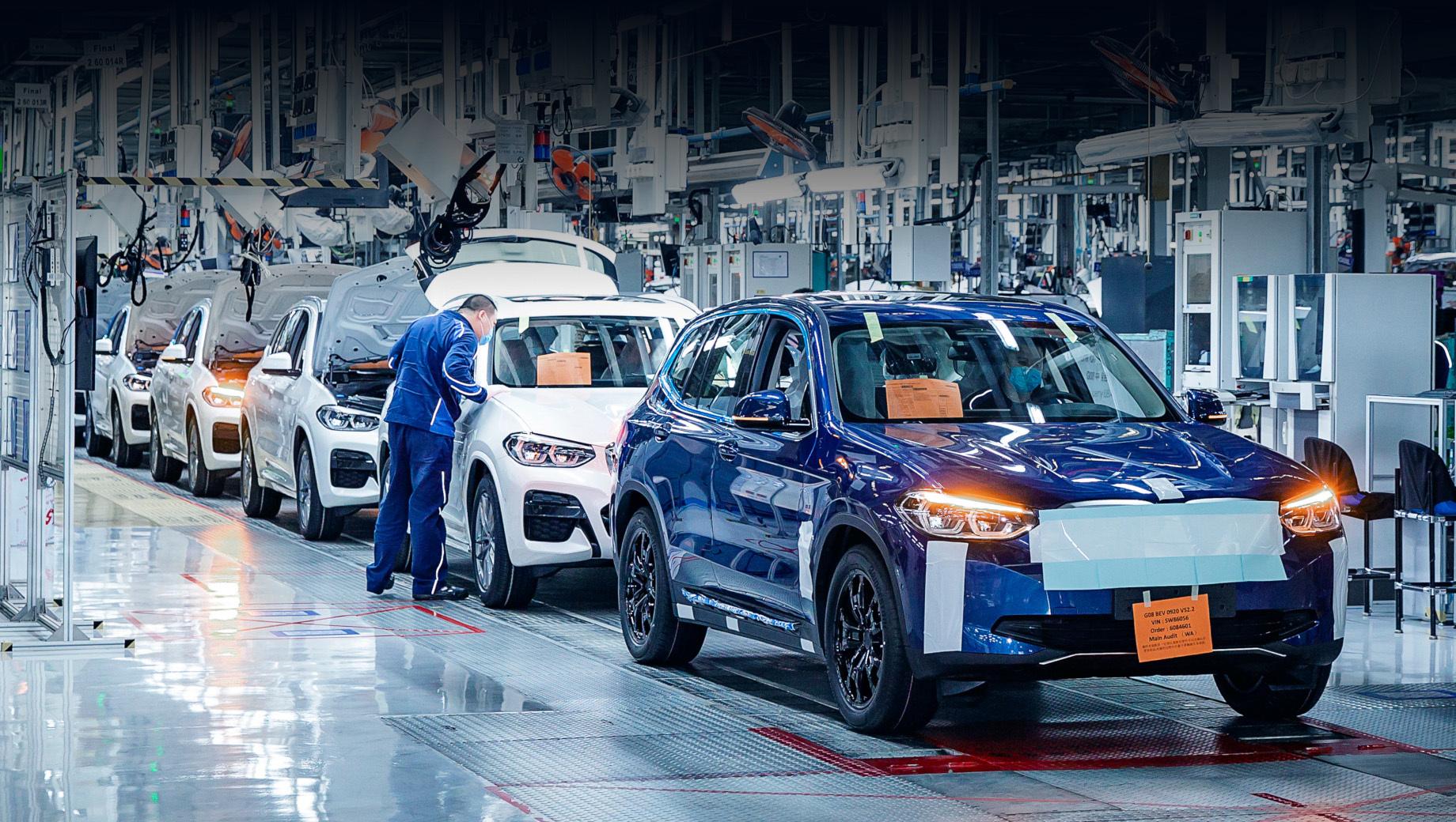 Bmw ix3. Выпуск iX3 (синий образец на снимках) будет налажен в СП BMW Brilliance Automotive в Китае, на одной линии с обычными «икс-третьими» (для всех рынков). Собственно там уже вышла предсерийная партия более чем из 200 штук.
